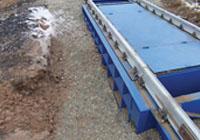 Весоизмерительная платформа жалезнодорожных весов присыпана щебнем. фото #15